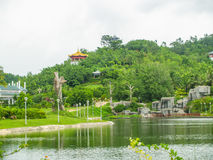 Aziatische tuin met meer en berg Royalty-vrije Stock Afbeelding