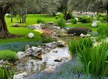 Aziatische tuin met vijver Royalty-vrije Stock Afbeeldingen