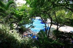 Aziatische tuin Zwembad, zonlanterfanters naast het overzees Stock Fotografie