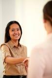 Aziatische uitvoerende vrouw die handen het begroeten geven stock afbeelding