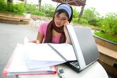 Aziatische universitaire studentenlezing Stock Foto's