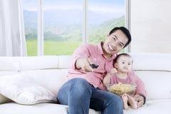 Aziatische vader en dochter het letten op film royalty-vrije stock foto's