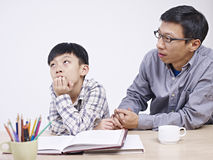 Aziatische vader en zoon die een ernstig gesprek hebben royalty-vrije stock foto's
