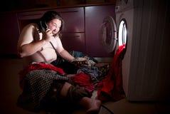 Aziatische vette mens dichtbij wasmachine Stock Foto's