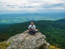 Aziatische Vette reizigerstrekking op de berg van Khao Luang in het Nationale Park van Ramkhamhaeng stock afbeeldingen