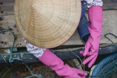 Aziatische vissende vrouw Royalty-vrije Stock Afbeelding
