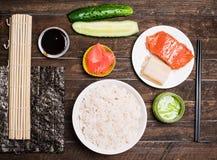 Aziatische voedselachtergrond Sushivoorbereiding Thuis makend sushi t Stock Fotografie