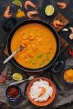 Aziatische voedselgarnalen in kerriesaus, rijst en kruiden Indische of Thaise schotel Mening van hierboven Royalty-vrije Stock Foto