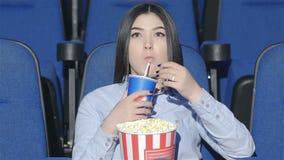 Aziatische vrouw alleen in de bioscoop stock video
