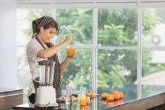 Aziatische vrouw bij keukenruimte royalty-vrije stock afbeeldingen