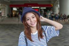 Aziatische vrouw buiten metropost Stock Fotografie