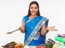 Aziatische vrouw in de keuken Stock Foto's