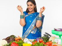 Aziatische vrouw in de keuken Stock Afbeelding