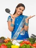 Aziatische vrouw in de keuken Royalty-vrije Stock Foto