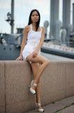 Aziatische vrouw dichtbij muur Stock Foto's