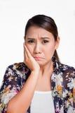Aziatische vrouw die aan tandpijn lijden royalty-vrije stock afbeeldingen