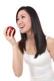 Aziatische Vrouw die Appel eet royalty-vrije stock afbeelding