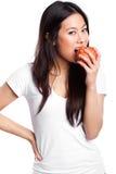 Aziatische vrouw die appel eet royalty-vrije stock afbeeldingen