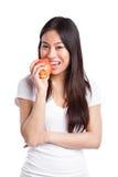 Aziatische vrouw die appel eet stock afbeeldingen