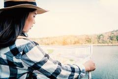 Aziatische vrouw die bestemming in een kaart zoeken stock foto