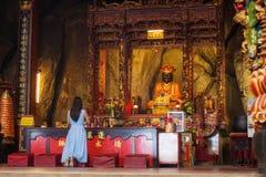 Aziatische Vrouw die bij een Chinese tempel bidden Royalty-vrije Stock Afbeelding