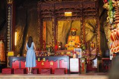Aziatische Vrouw die bij een Chinese tempel bidden Stock Afbeeldingen