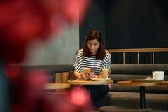 Aziatische Vrouw die bij Koffie werken royalty-vrije stock foto's