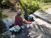 Aziatische vrouw die de wasserij doen Stock Afbeeldingen