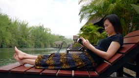 Aziatische vrouw die een boek leest stock footage