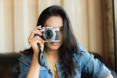Aziatische vrouw die een foto neemt stock afbeelding
