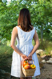 Aziatische vrouw die een mand van groene paprika's en mango houden Stock Foto