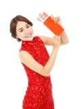 Aziatische vrouw die een rode envelop voor gelukkig Chinees nieuw jaar houden