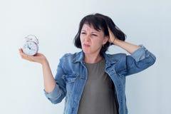 Aziatische vrouw die een roze wekker op een witte achtergrond houden Het concept tijdbeheer krijg controle van uw leven Royalty-vrije Stock Fotografie