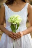 Aziatische vrouw die een witte bloem houden Royalty-vrije Stock Afbeeldingen