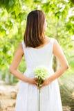 Aziatische vrouw die een witte bloem houden Royalty-vrije Stock Fotografie