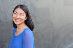 Aziatische vrouw die en met exemplaarruimte glimlachen lachen royalty-vrije stock afbeeldingen