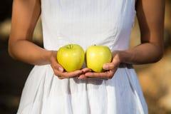 Aziatische vrouw die groene appelen houden Stock Foto