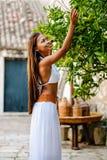 Aziatische vrouw die groene kalk van organisch gekweekte lindeboom in het landelijke Mediterrane plaatsen oogsten Zuivere natuurl Stock Foto's