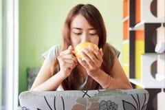 Aziatische vrouw die hete koffie ontspannen Royalty-vrije Stock Afbeeldingen