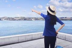 Aziatische vrouw die hoeden alleen reis dragen Royalty-vrije Stock Afbeelding