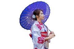 Aziatische vrouw die Japanse traditionele kimono met paraplu op witte achtergrond dragen stock afbeelding