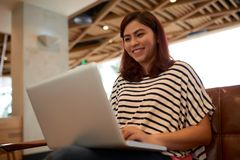 Aziatische vrouw die laptop met behulp van stock afbeeldingen