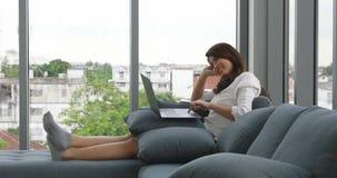 Aziatische vrouw die laptop met behulp van stock videobeelden