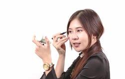Aziatische vrouw die make-up aanvragen, gebruikend lippenstift, schoonheidsconcept Stock Afbeelding