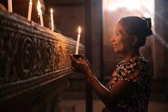 Aziatische vrouw die met kaarslicht bidden Royalty-vrije Stock Foto
