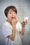 Aziatische vrouw die omhoog haar gezicht maken royalty-vrije stock fotografie