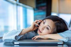 Aziatische vrouw, die op de telefoon spreken Stock Afbeeldingen