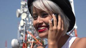 Aziatische vrouw die op mobiele telefoon spreekt royalty-vrije stock foto