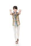 Aziatische vrouw die of op muur duwen leunen Royalty-vrije Stock Foto's