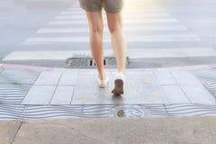 Aziatische vrouw die op voetpadstoep wacht die de alleen straat kruist Wacht op verkeerslichten bij zebrapad royalty-vrije stock afbeeldingen